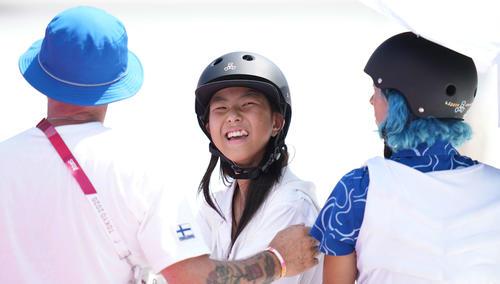 スケートボード女子パーク予選 1本目の滑りを終え笑顔の開(撮影・鈴木みどり)