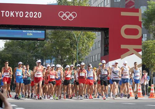 一斉にスタートする男子20キロ競歩の選手たち(撮影・佐藤翔太)
