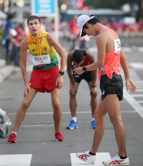 男子20キロ競歩を終えがっかりした様子の高橋(撮影・佐藤翔太)