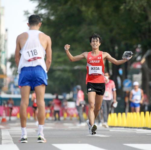 男子20キロ競歩で銀メダルを獲得しガッツポーズをする池田(右奥)(撮影・佐藤翔太)