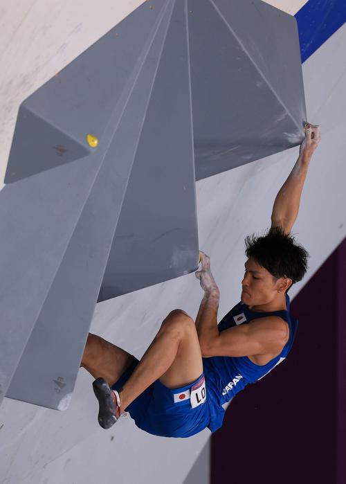 スポーツクライミング男子複合決勝、ボルダリングの第3課題に取り組む楢崎(撮影・河野匠)