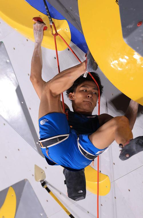 スポーツクライミング男子複合決勝、リードで懸命に登っていく楢崎(撮影・河野匠)