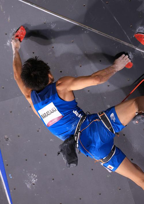 スポーツクライミング男子複合決勝、リードの後半でホールドをつかみきれず落下する楢崎(撮影・河野匠)