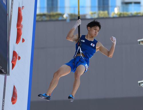 スポーツクライミング男子複合決勝、スピード1本目のレースで勝利しガッツポーズを見せる楢崎(撮影・河野匠)