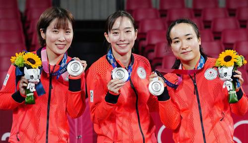 卓球女子団体の表彰式で銀メダルを手に笑顔を見せる、左から平野、石川、伊藤(撮影・江口和貴)