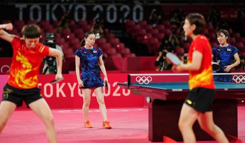 日本対中国 第1試合に敗れ、厳しい表情の石川(左)と平野(撮影・江口和貴)