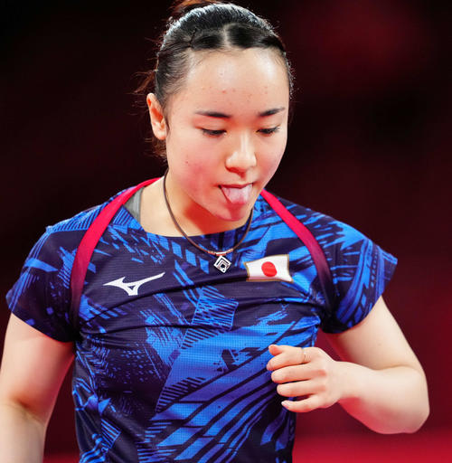 日本対中国 第2試合の第1ゲーム、ポイントを奪われ舌を出す伊藤(撮影・江口和貴)