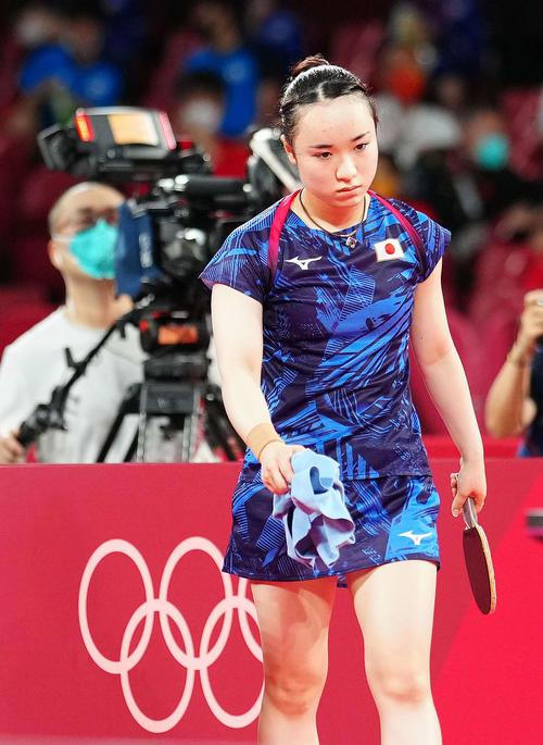 日本対中国 第2試合の第2ゲームを落とし、厳しい表情の伊藤(撮影・江口和貴)