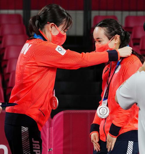 卓球女子団体の表彰式で銀メダルを石川(左)からかけてもらう伊藤(撮影・江口和貴)