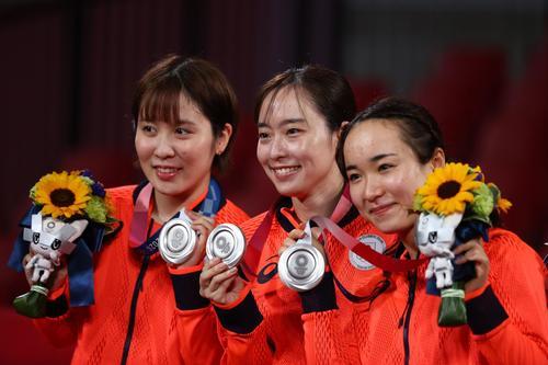 卓球女子団体決勝 銀メダルの平野美宇、石川佳純、伊藤美誠(ロイター)