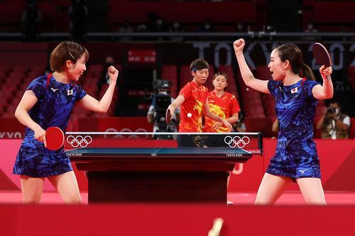 卓球女子団体決勝 日本-中国 第1試合 平野美宇と石川佳純(ロイター)