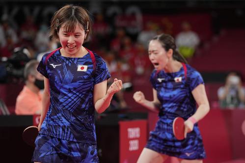 卓球女子団体決勝 日本-中国 第1試合 平野美宇と石川佳純(AP)