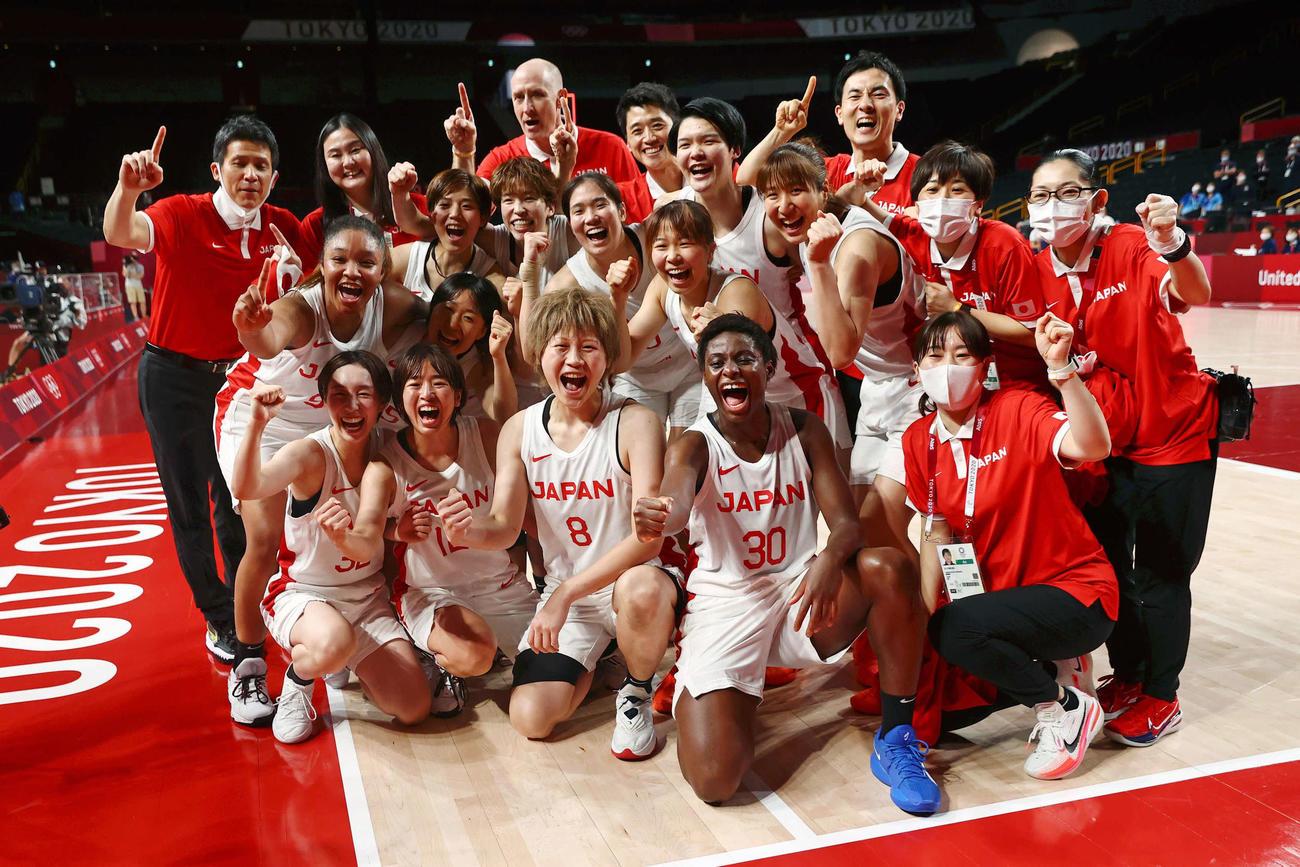 フランスに勝利し、決勝進出を決め、喜びを爆発させる日本代表の選手たち。(ロイター)