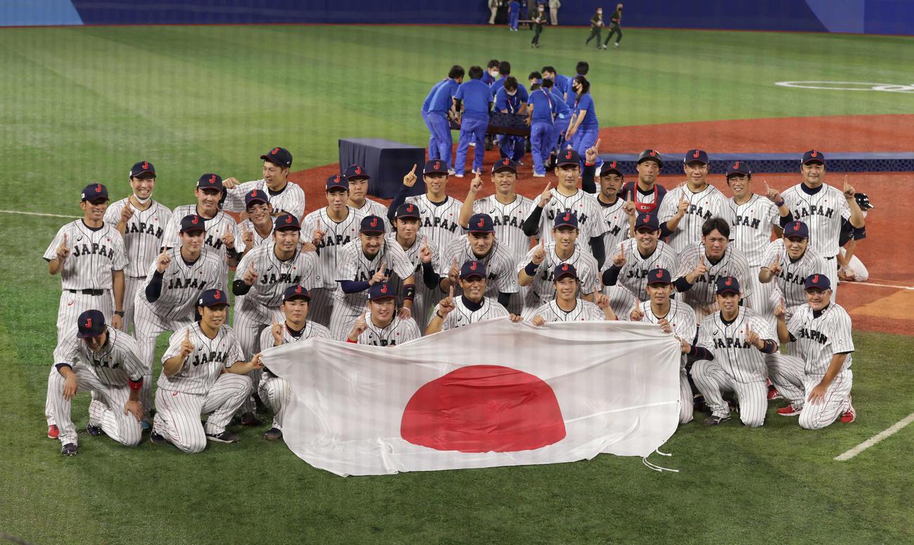 日本対米国 米国に勝利し金メダルを獲得した侍ジャパンは記念撮影に納まる(撮影・河野匠)
