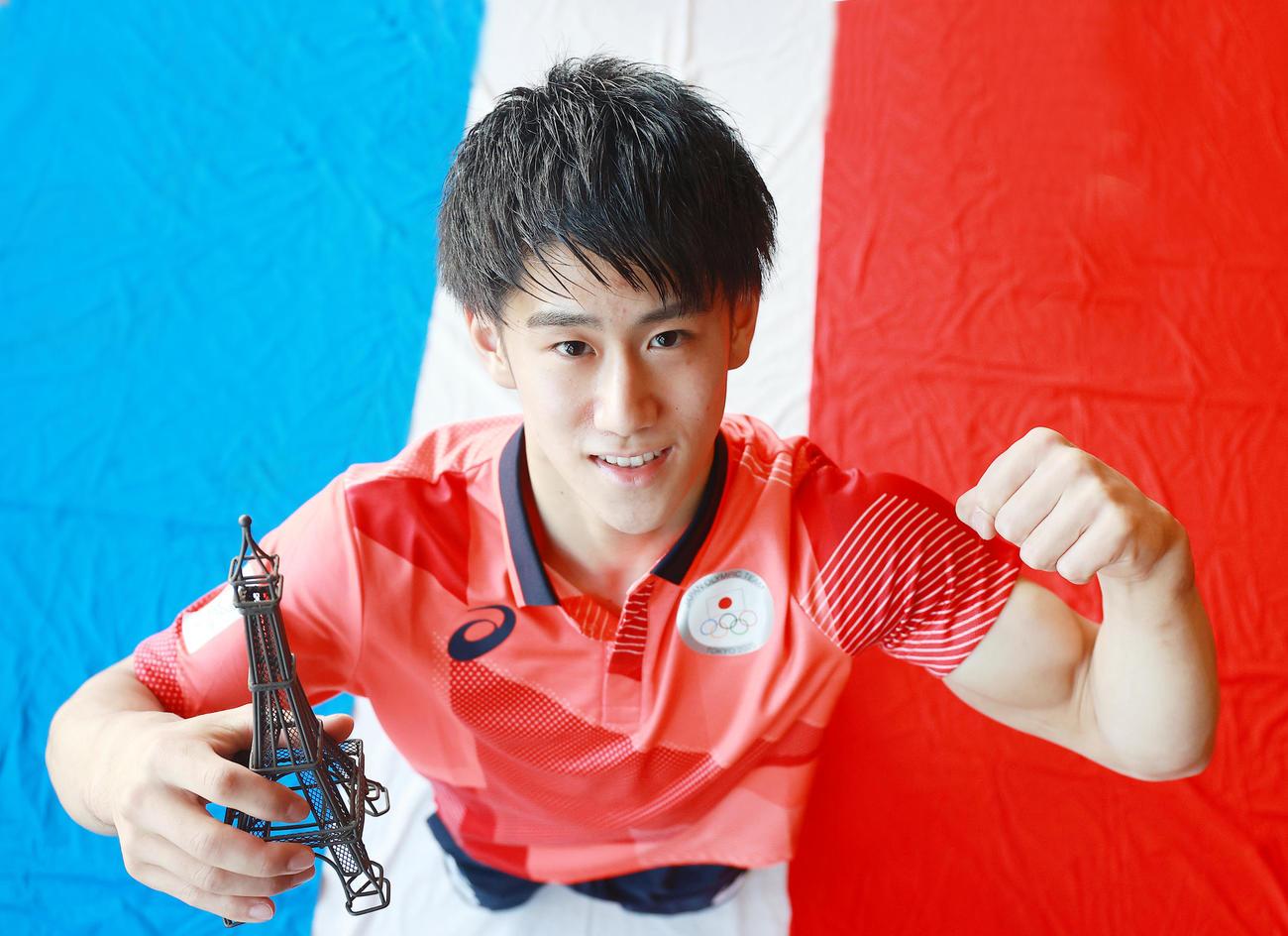 東京五輪男子体操で2冠の橋本大輝は、次のパリ五輪に向け、エッフェル塔を手にガッツポーズ(撮影・浅見桂子)