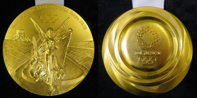 2020東京五輪の金メダル。左が「勝利の女神ニケ像」が描かれている表面。右が開催国によるデザインの裏面