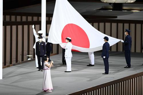 パラリンピックの開会式で君が代斉唱する佐藤ひらり(撮影・山崎安昭)