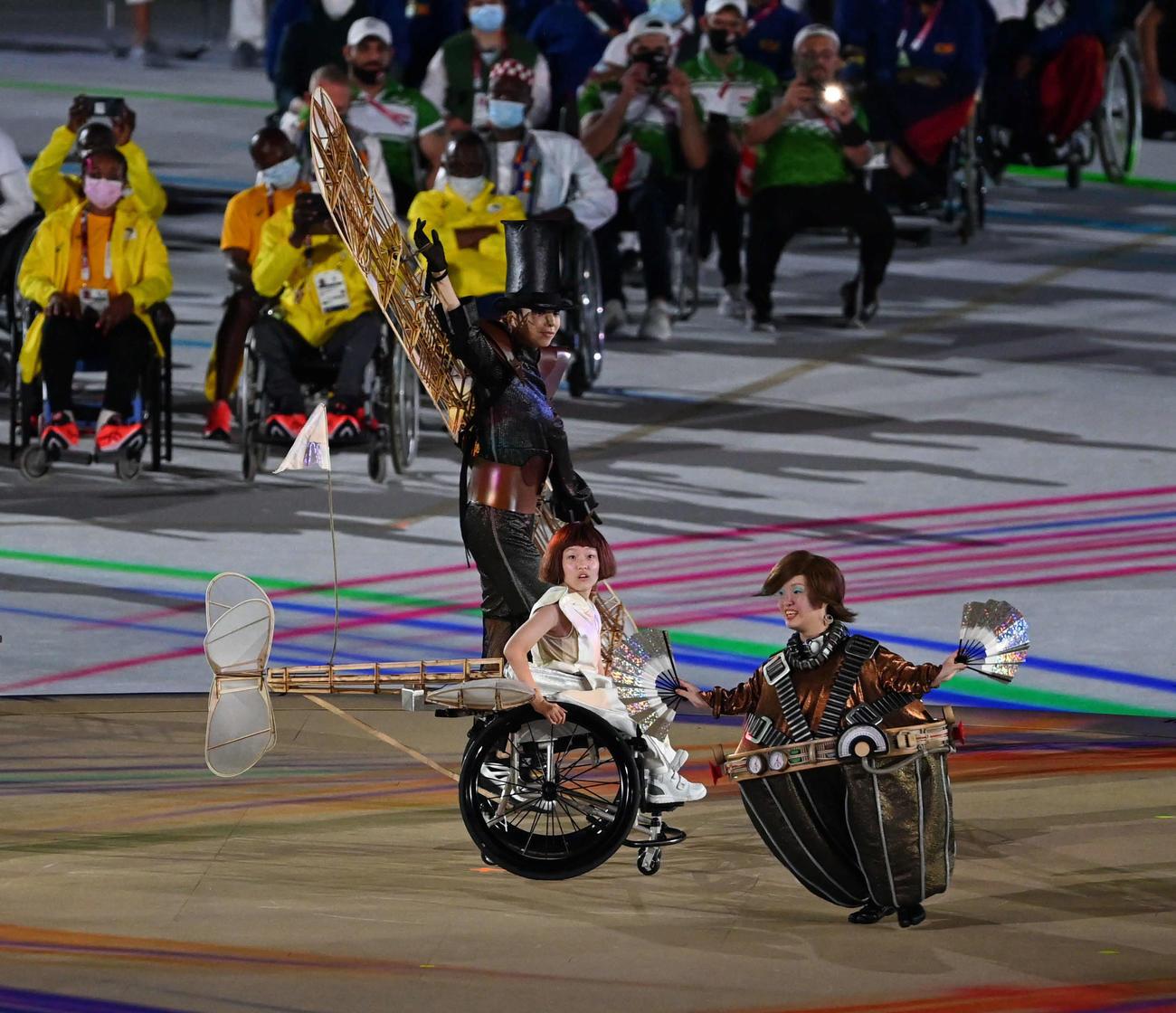 東京パラリンピックの開会式で片翼の飛行機の少女を演じる和合由依さん(撮影・山崎安昭)
