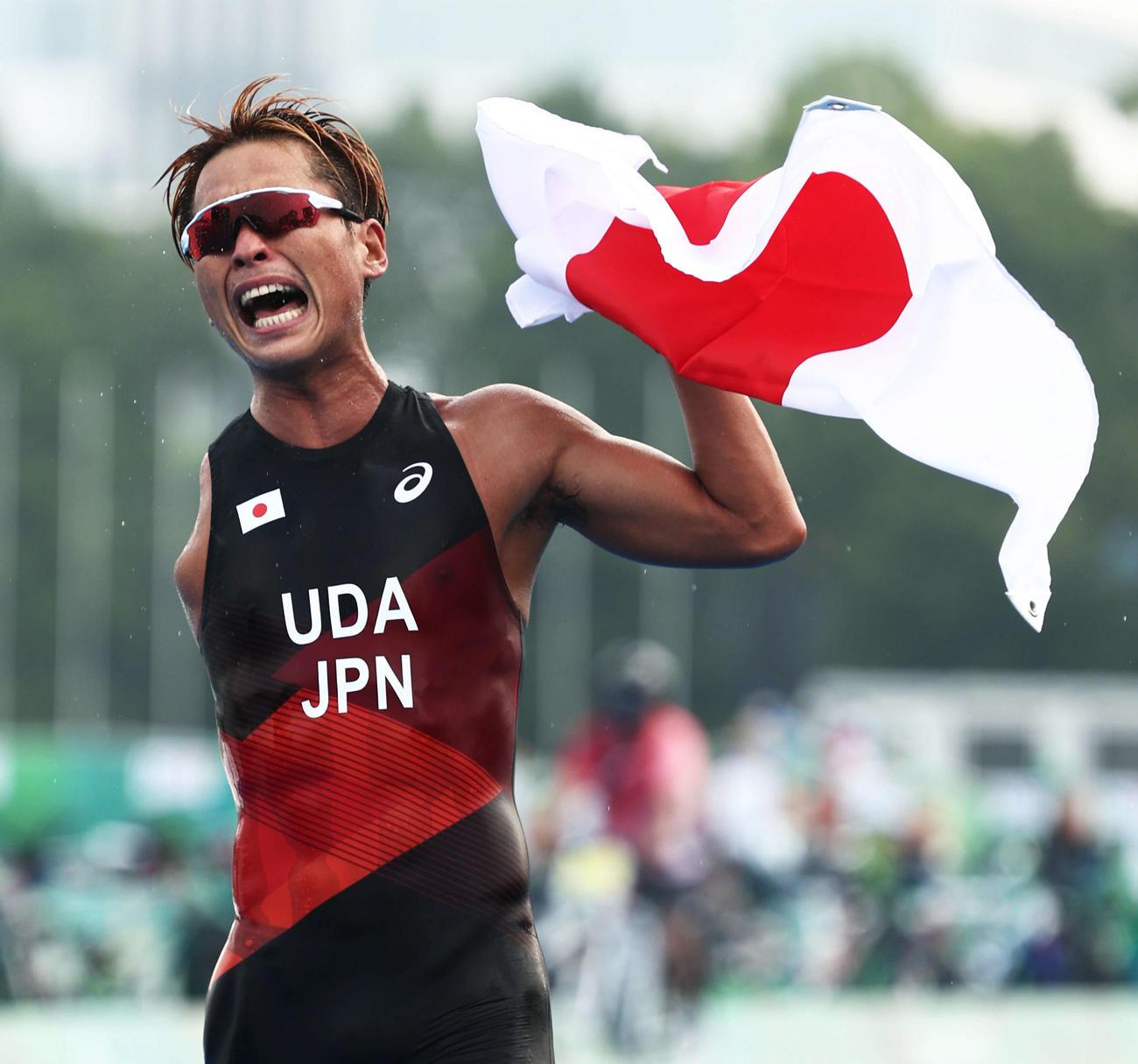 2位でフィニッシュし銀メダルを決める宇田は、日の丸を手に雄たけびを上げる(撮影・河田真司)