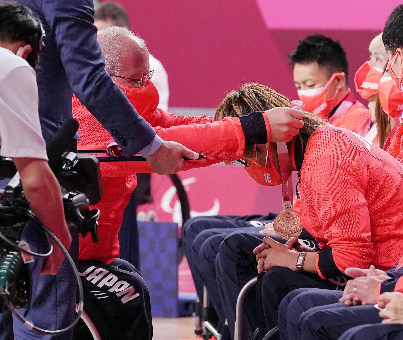 表彰式でケビン・オアー監督(左)から銅メダルをかけてもらう池崎(撮影・滝沢徹郎)