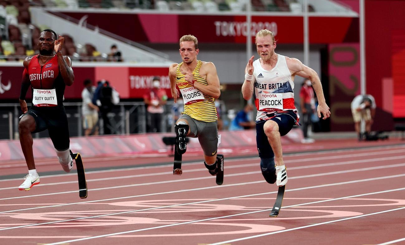 男子100メートル(義足・機能障害T64)決勝を走るジョニー・ピーコック(右)ら(ロイター)
