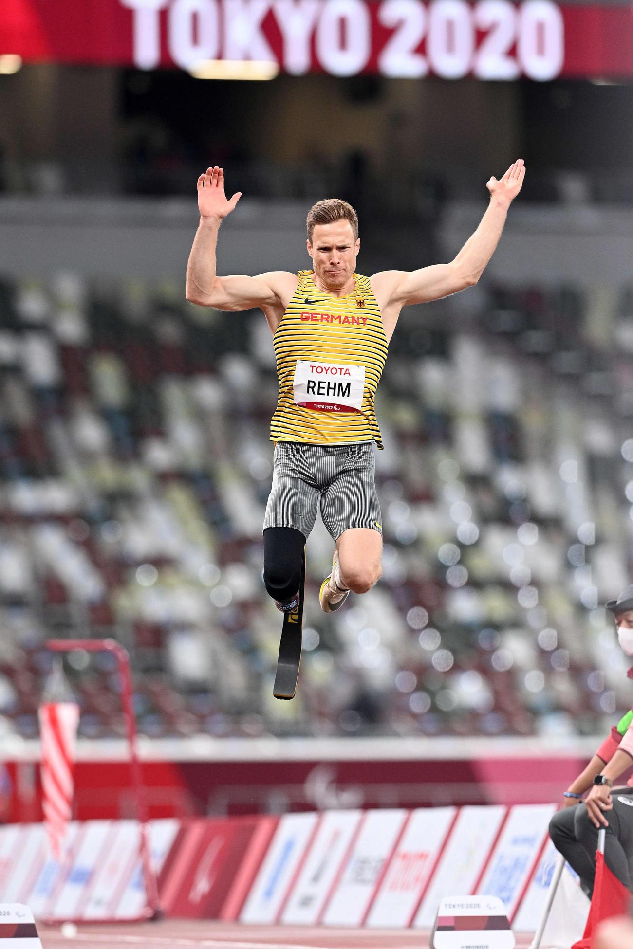 男子走り幅跳び1回目で跳躍するドイツのレーム(撮影・滝沢徹郎)