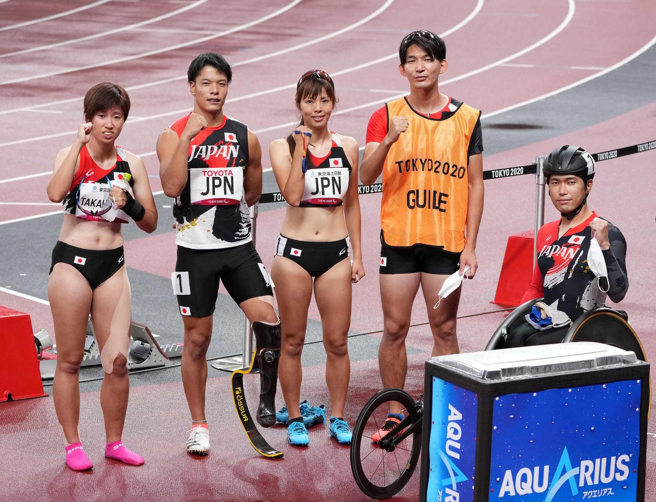 混合400メートルユニバーサルリレー決勝で銅メダルとなり記念撮影する、高松、大島、沢田、ガイドの塩川さん、鈴木(撮影・滝沢徹郎)