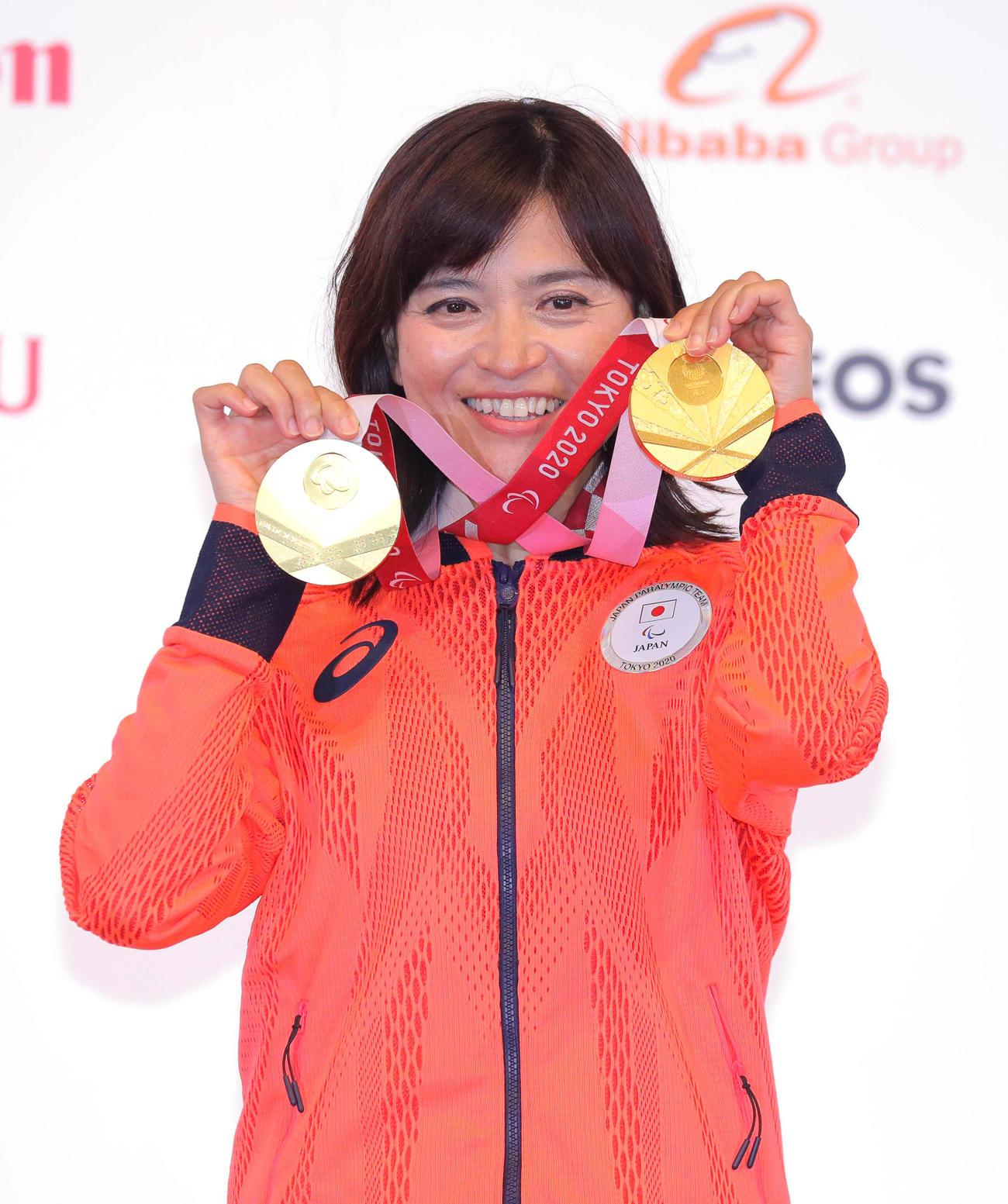 2冠を達成し両手に2つの金メダルを持ち笑顔の杉浦佳(代表撮影)