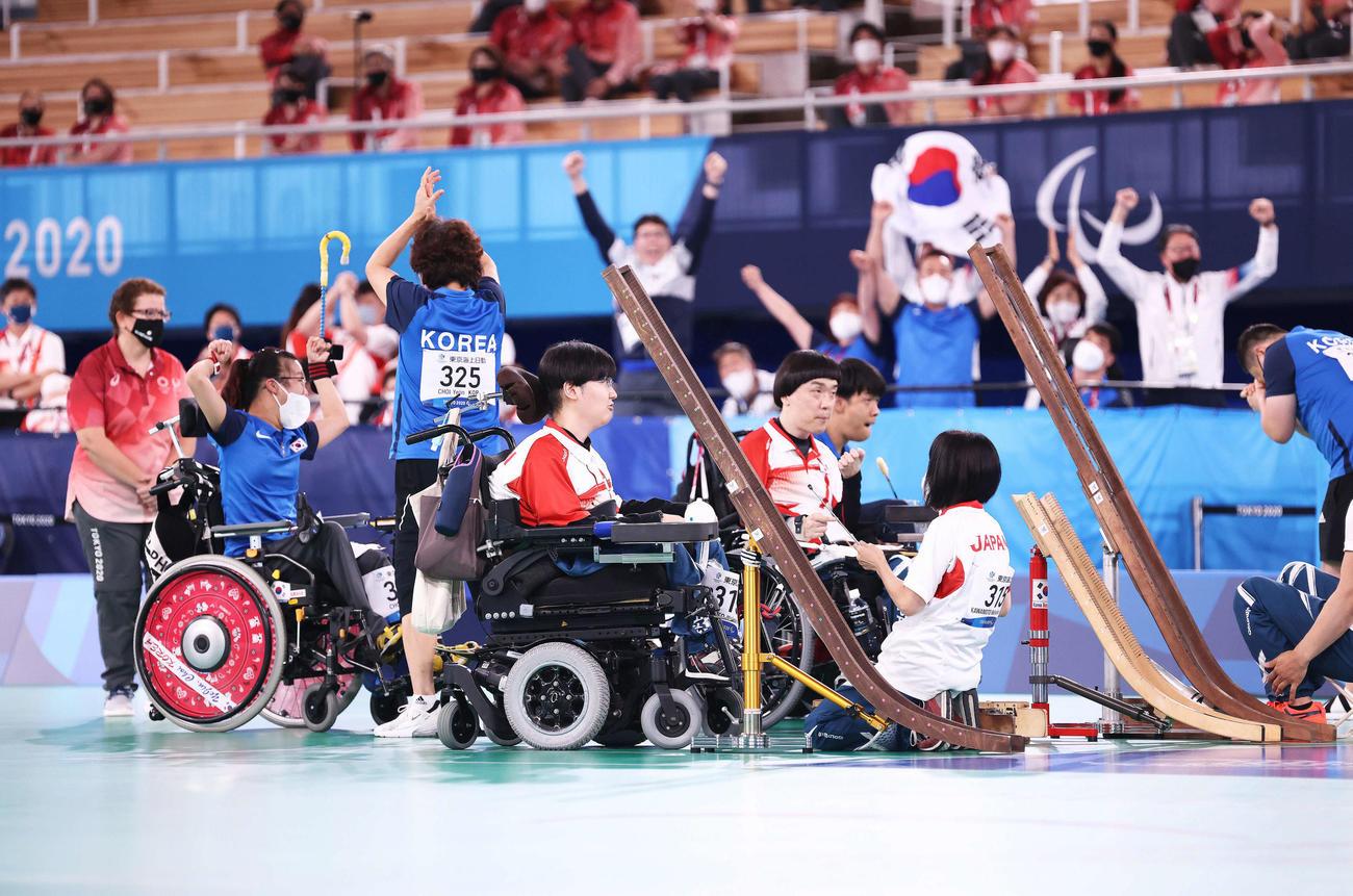 ペア決勝 日本対韓国 接戦の末韓国に敗れ、銀メダルとなる日本代表(撮影・河田真司)