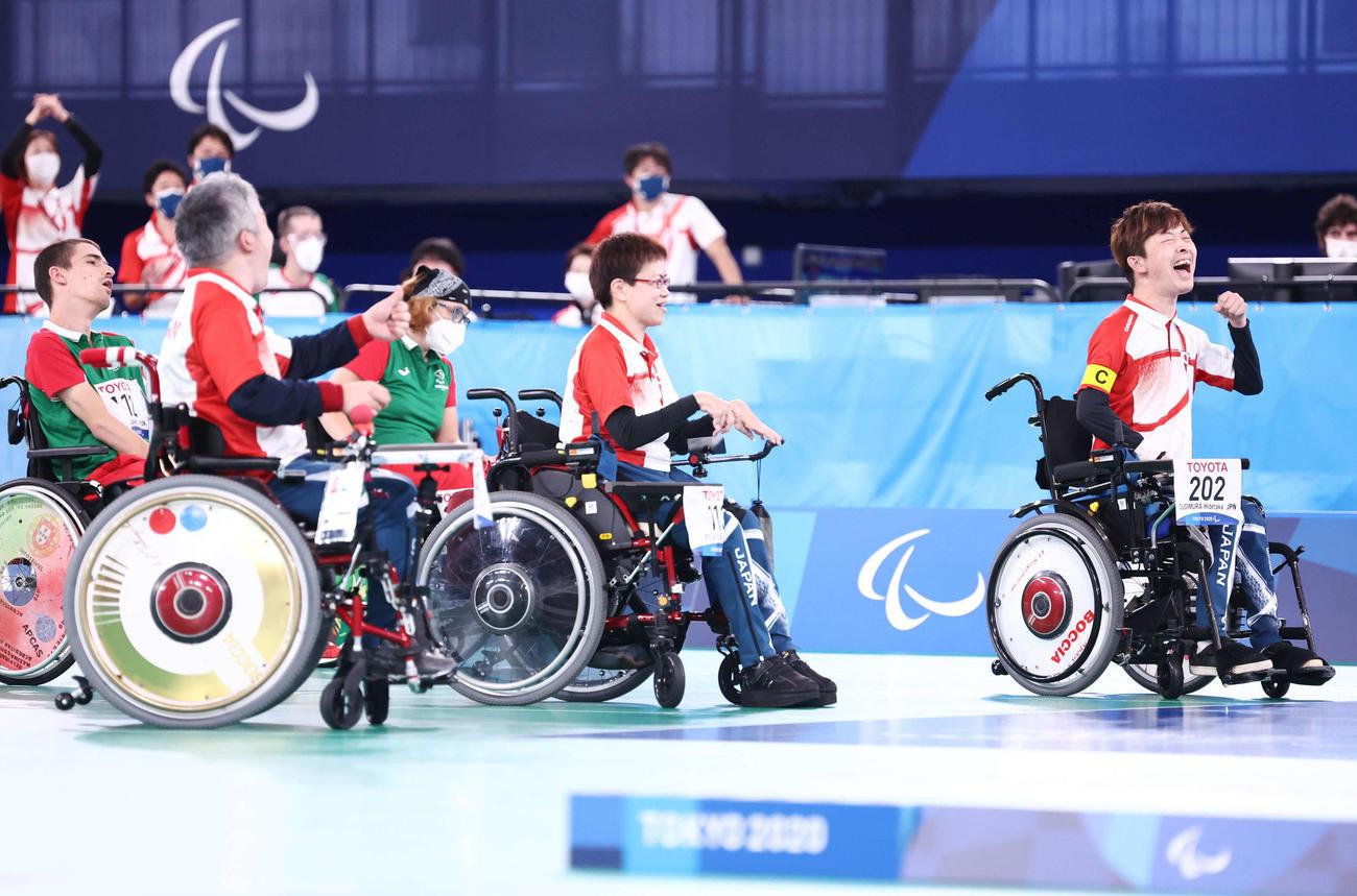 チーム3位決定戦 日本対ポルトガル ポルトガルに勝利し銅メダルを決め、ガッツポーズする杉村(右)ら日本代表(撮影・河田真司)