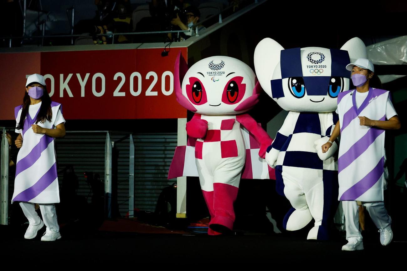 パラリンピック閉会式に登場したソメイティ(左)とミライトワ(ロイター)