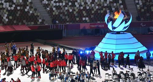 閉会式を前に多くの日本の選手が聖火台を背に記念撮影(撮影・山崎安昭)