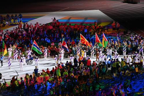 閉会式に続々と各国の国旗が運ばれる(撮影・山崎安昭)