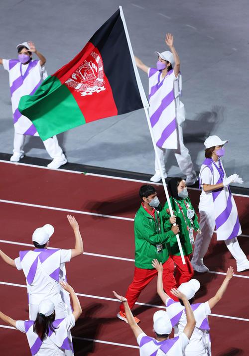 アフガニスタン国旗を手に競技場を歩くラスーリ(左)とフダダディ(撮影・河田真司)