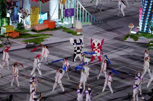 パラリンピック閉会式に登場したミライトワ(左)とソメイティ(ロイター)