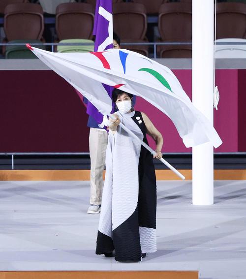 パラリンピック旗を振る小池都知事(撮影・河田真司)
