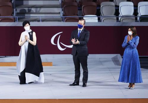 パラリンピック旗授受でステージに上がる、左から小池都知事、パーソンズIPC会長、アンヌ・イダルゴパリ市長(撮影・河田真司)