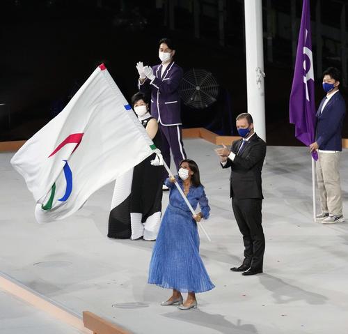 閉会式でパラリンピックの旗を振るパリのイダルゴ市長(手前)。左は小池百合子都知事(撮影・滝沢徹郎)