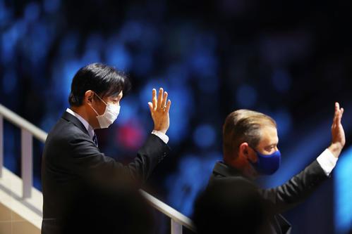 閉会式に出席する秋篠宮さま(左)とパーソンズIPC会長(撮影・河田真司)