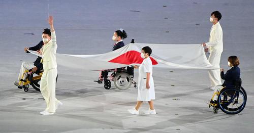 フェンシング金メダリストの見延(手前左)らベアラーによって日の丸が運ばれる(撮影・山崎安昭)