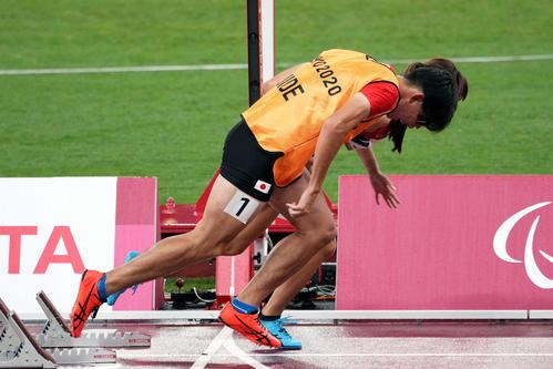混合400メートルユニバーサルリレー決勝のスタートで沢田(奥)の動きに合わせるガイドの塩川さん(撮影・滝沢徹郎)