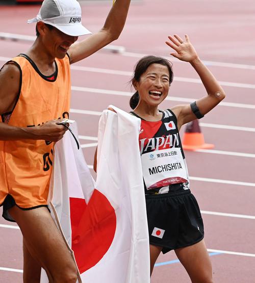 女子マラソン(視覚障害T12)金メダル獲得の道下(右)は伴走者の志田と笑顔を見せる(撮影・山崎安昭)