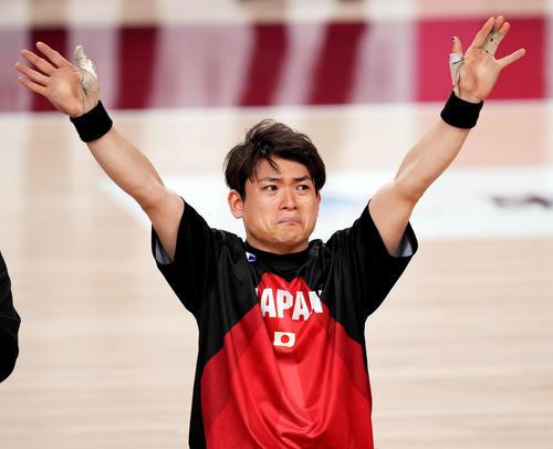 日本対米国 試合後、涙ながらに観客席にあいさつする豊島(撮影・滝沢徹郎)