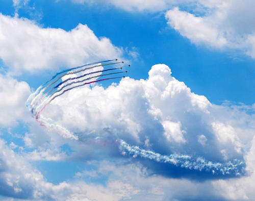 展示飛行する航空自衛隊のアクロバット飛行チーム「ブルーインパルス」(撮影・江口和貴)