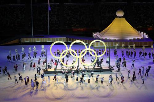 会場中央に木製のオリンピックリングスが登場した(撮影・河野匠)