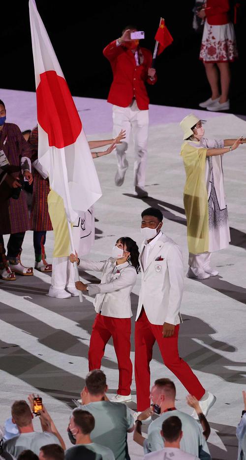 日本選手団の旗手を務める須崎(左)と八村(撮影・河野匠)