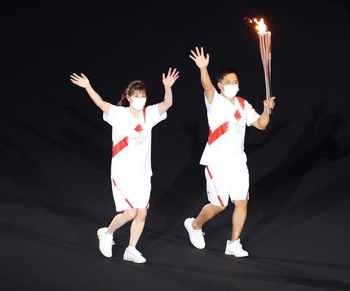聖火を運ぶ吉田氏(左)と野村氏(撮影・河野匠)