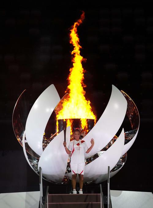 聖火台に点灯した最終聖火走者の大坂(代表撮影)