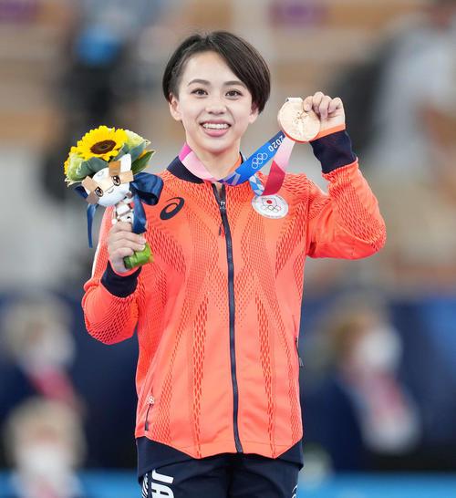 体操女子種目別床運動決勝 銅メダルを手に笑顔の村上(撮影・鈴木みどり)