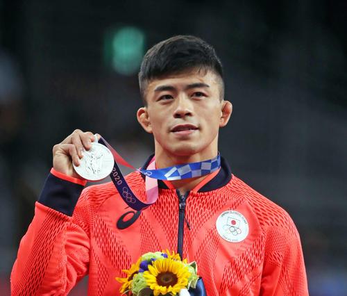 レスリング男子グレコローマン60キロ級 表彰式で銀メダルを掲げる文田(撮影・パオロ・ヌッチ)